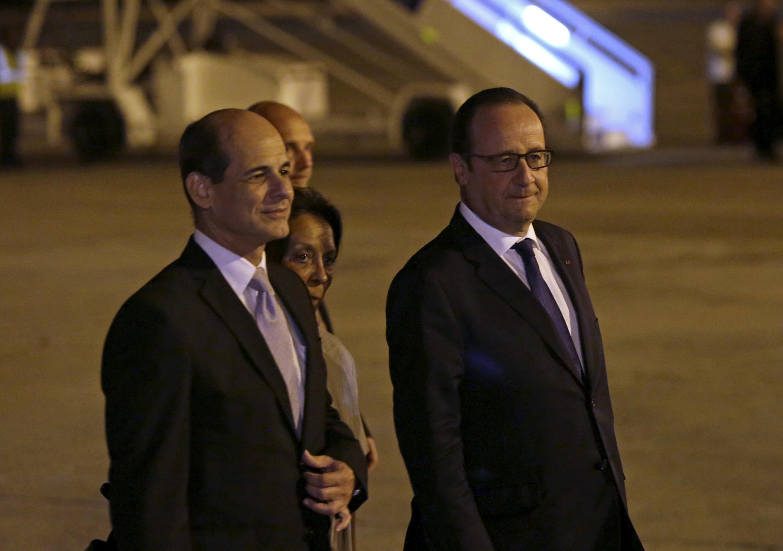 O presidente francês, François Hollande na sua chegada em Cuba, foi recebido pelo vice-ministro das Relações Exteriores cubano, Rogelio Sierra.