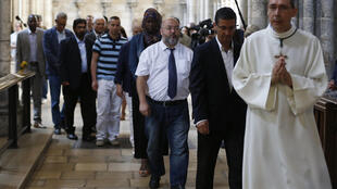 Muçulmanos assistem à missa ao lado de católicos na catedral de Rouen, neste domingo (31), em homenagem ao padre Jacques Hamel.
