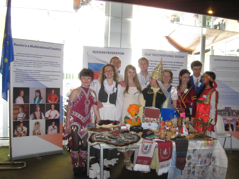 """Участники выставки """"Многонациональная Россия"""" в Страсбурге 29 апреля 2010"""