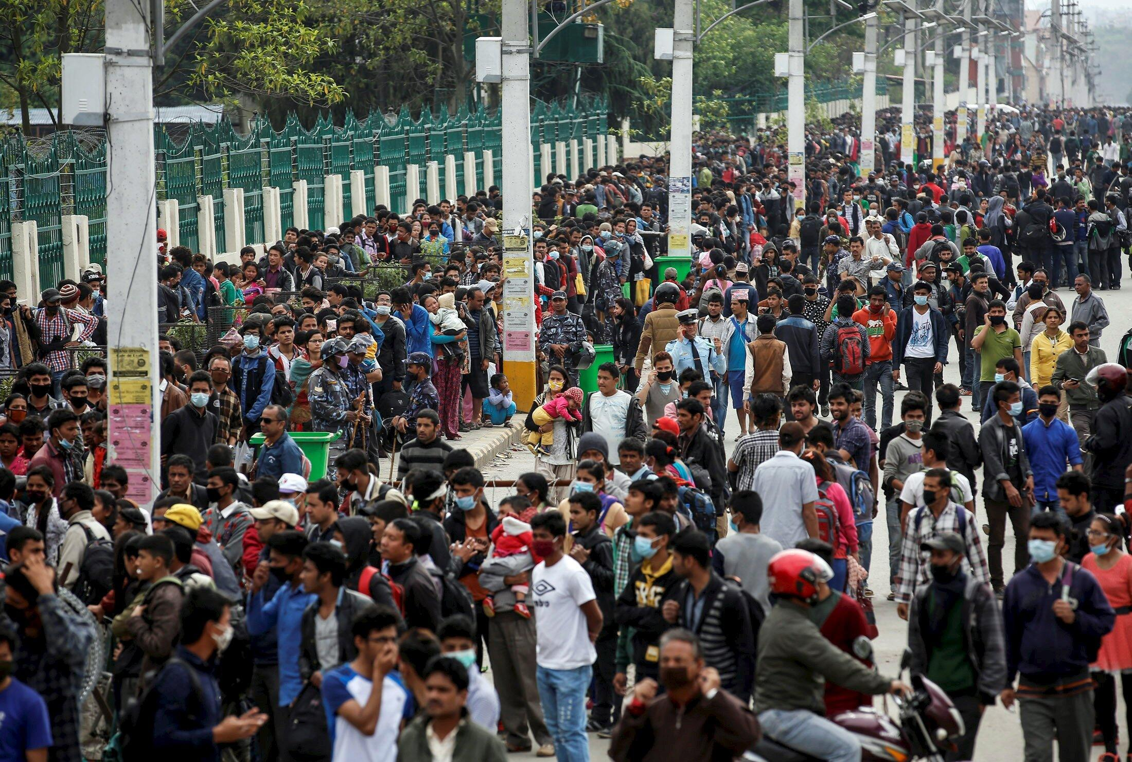 A la gare routière de Katmandou, ce mercredi 29 avril, des milliers d'habitants tentent de quitter la capitale.