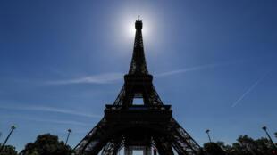 Imagen de la Torre Eiffel de París con el cielo azul al fondo, el 13 de junio de 2021