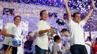 Grace Poe ( no centro) ,candidata independente à  presidencial  das Filipinas rodeada de partidários .07 de Maio de 2016