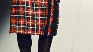 Falda para hombres diseñada por 'el niño terrible' de la moda francesa, Jean-Paul Gaultier.