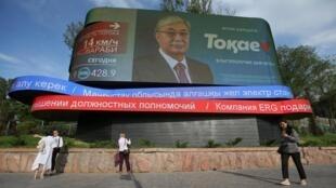 Предвыборная агитация действующего президента Казахстана: Касым-Жомарт Токаев частично уже перевел свою фамилию на латиницу, заменив последнюю букву на победную V