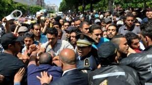 Des manifestants dans les rues de Tunis pour demander la libération du blogueur Aziz Amami, emprisonné pour consommation de cannabis.