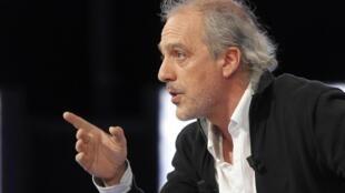 Le candidat Philippe Poutou du NPA (Nouveau parti anti-capitaliste) a été applaudi lors de l'émission «Des Paroles et des Actes», mercredi 11 avril 2012. Il a été apprécié pour son humour, sa vérité d'homme engagé.