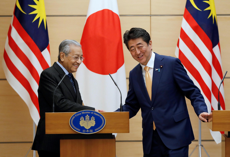 Thủ tướng Malaysia Mahathir Mohamad và đồng nhiệm Nhật Bản Shinzo Abe trong cuộc họp báo chung tại Tokyo ngày 06/11/2018.