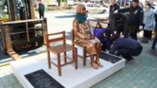 安倍呼籲南韓移除設置在釜山日本總領事館前、讓日、韓外交齟齬再起的慰安婦雕像。(資料照)