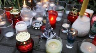 Свечи перед посольством Франции в Москве