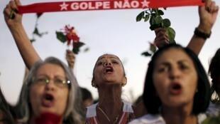 Manifestação de mulheres favor à presidente Dilma Rousseff nesta terça-feira (19), diante do Palácio do Planalto, em Brasília.