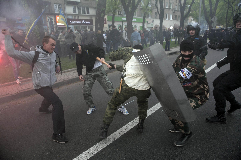 Confrontos entre pró-ucranianos e pró-russos, 28 de abril de 2014 em Donestsk.