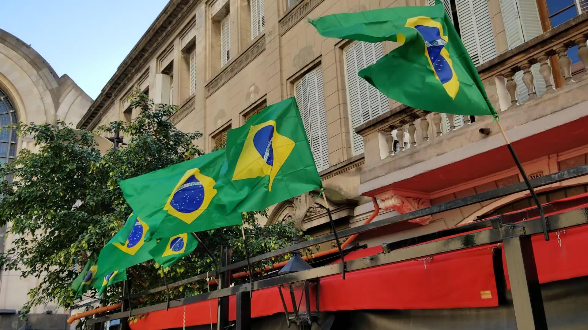 Bandeiras marcam território brasileiro em plena rua dedicada ao Tango.