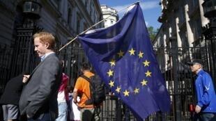 Lá cờ Liên Hiệp Châu Âu trở nên lẻ loi trong cuộc trưng cầu dân ý về việc nước Anh rời khỏi Liên Hiệp. Ảnh: Phố Downing Luân Đôn ngày 24/06/2016.