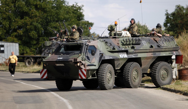 Lực lượng Liên Hiệp Quốc KFOR canh giữ con đường gần vùng biên giới Serbia và Kosovo, 30/07/2011