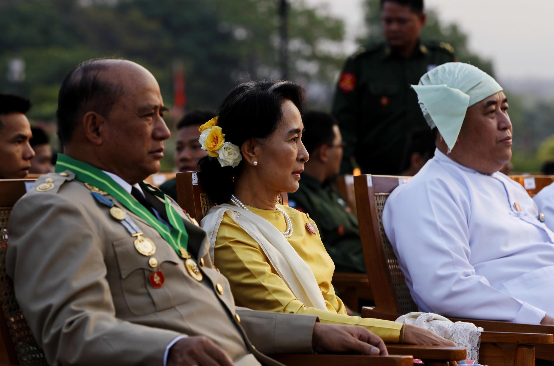 Đối lập Miến Điện Aung San Suu Kyi (giữa) tại Naypyitaw. Ảnh ngày 27/03/2013.