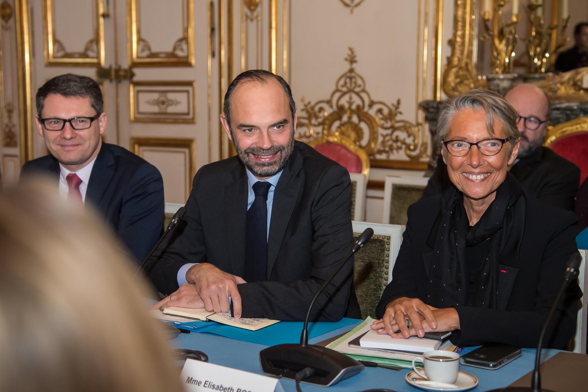 O  Primeiro-ministro  francês Edouard Philippe (no centro)  e a ministra dos  Transports Elisabeth Borne.  09 de Janeiro de 2018