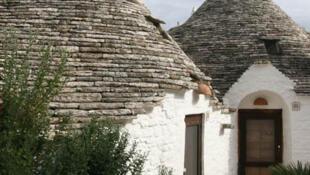 Alberobello, maisonnettes aux toits coniques, joyaux architecturaux construits au XVIè siècle dans la région des Pouilles au Sud de l'Italie.