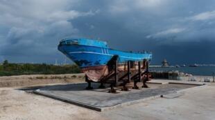 L'épave du bateau naufragé en avril 2015 que des citoyens européens veulent emmener à Bruxelles.