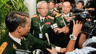 Thứ trưởng bộ Quốc Phòng Việt Nam Nguyễn Chí Vịnh (giữa) sau cuộc họp với các quan chức Trung Quốc bên lề cuộc đối thoại Shangri-La, Singapore, ngày 03/06/2016.