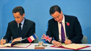 Le president français Nicolas Sarkozy (G) et le Premier ministre David Cameron (D) signent le traité de Lancaster House à Londres, le 2 Novembre 2010 au Royaume-Uni.