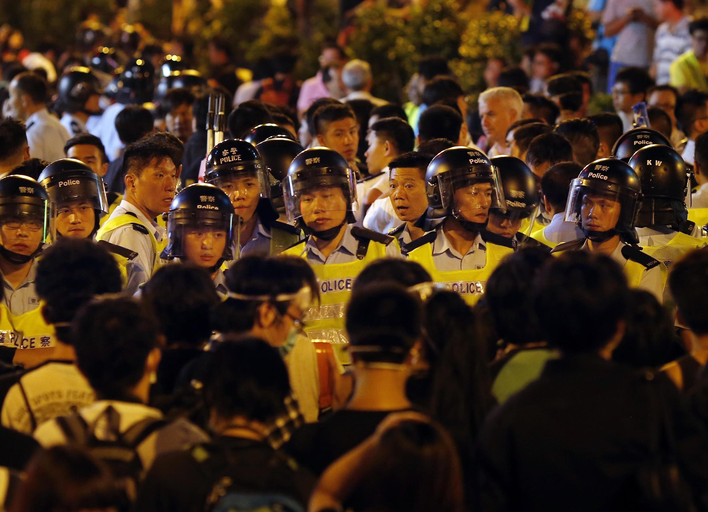 Cảnh sát chống bạo động đối đầu với người biểu tình đòi dân chủ tại khu Mongkok, Hồng Kông, 18/10/2014.