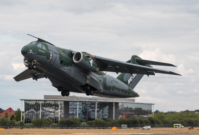 O Embraer KC-390 é um avião para transporte tático/logístico e reabastecimento em voo, desenvolvido e fabricado pela Embraer Defesa e Segurança.