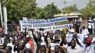 Des milliers de personnes ont manifesté contre l'intervention militaire internationale le 18 octobre à Bamako.