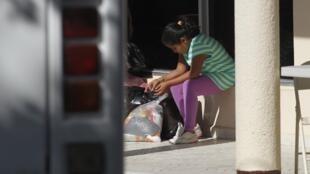 Una niña espera en el aeropuerto de San Pedro Sula, Honduras, tras ser deportada.