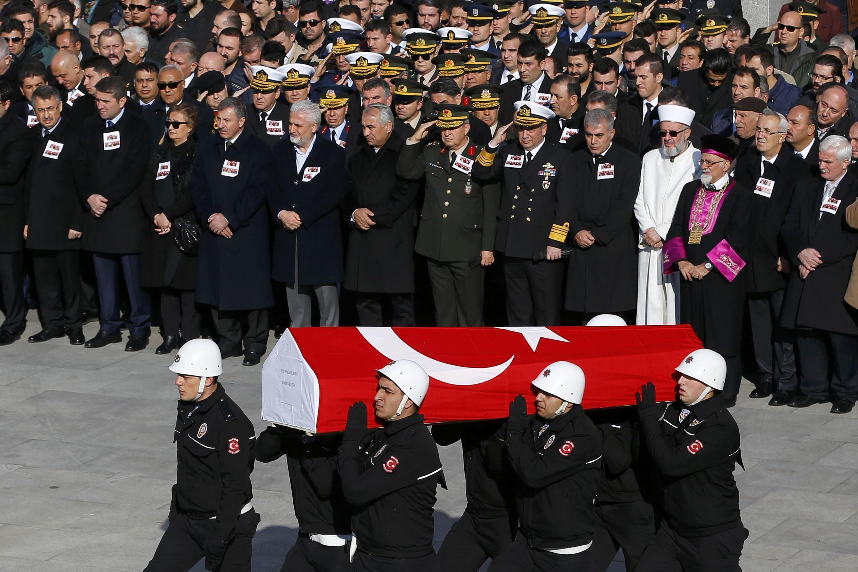Hommage rendu dimanche 11 décembre 2016 aux policiers tués la veille dans le double attentat d'Istanbul.