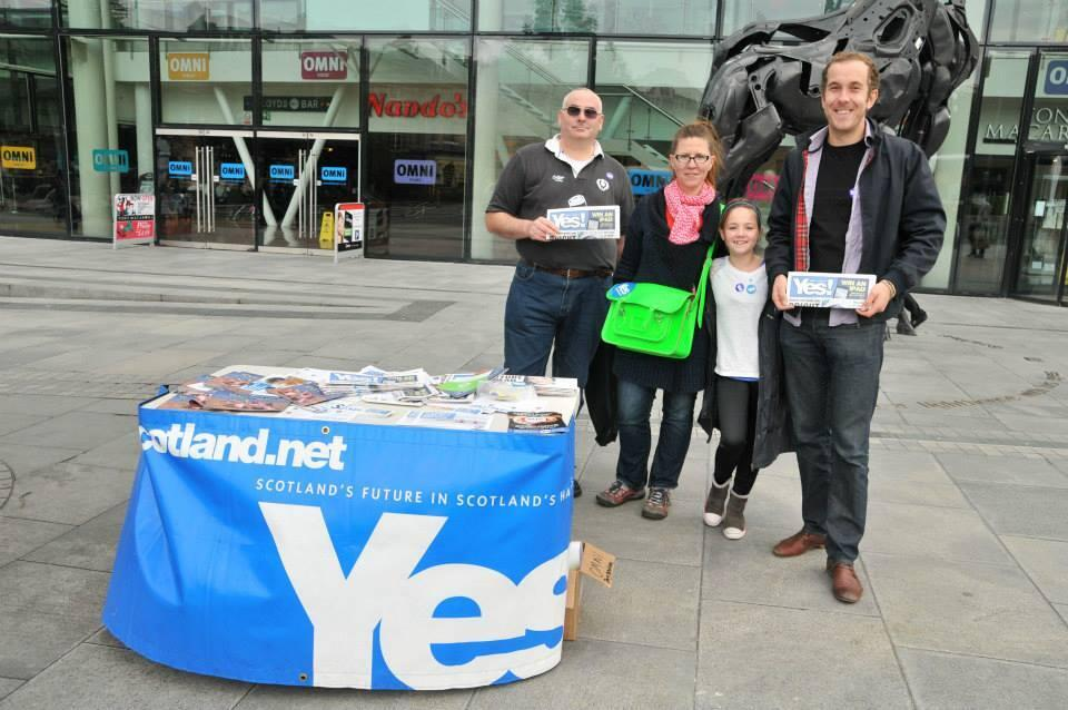 """A """"Yes"""" pro-independence campaign stall in central Edinburgh"""