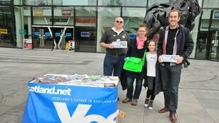 "A ""Yes"" pro-independence campaign stall in central Edinburgh"