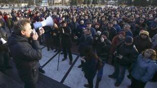 Лидер Объединенной гражданской партии Анатолий Лебедько обращается к участникам акции протеста против «декрета о тунеядцах» в белорусском Молодечно, 10 марта 2017.