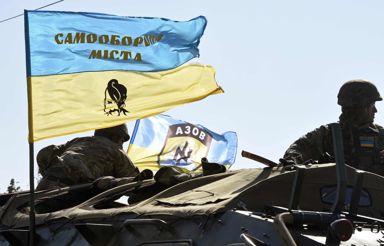 Um voluntário do batalhão Azov, formado por paramilitares ucraniano