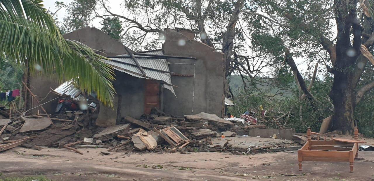 Casas destruídas pelo ciclone Kenneth na provícia de Cabo Delgado, no norte de Moçambique.