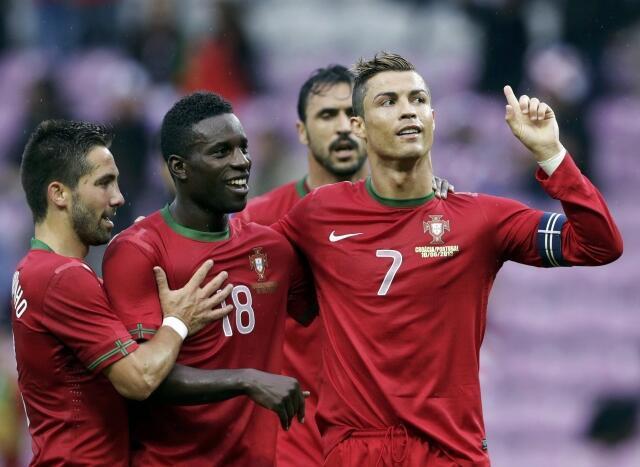 Cristiano Ronaldo felicitado por colegas