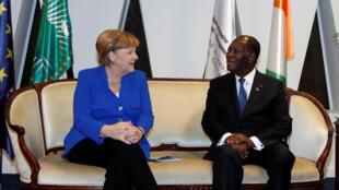 Thủ tướng Đức Angela Merkel và tổng thống Cote d'Ivoire Alassane Ouattara trước khi họp thượng đỉnh Âu - Phi ngày 29/11/2017.