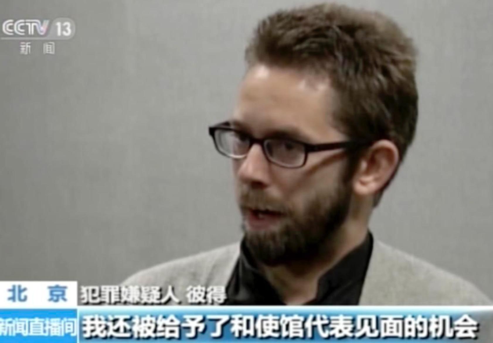 """Le militant suédois des droits de l'homme Peter Dahlin dans une confession télévisée, en janvier 2016, de sa """"crimes."""" """"Vidéosurveillance"""" est l'ancien nom de CGTN."""