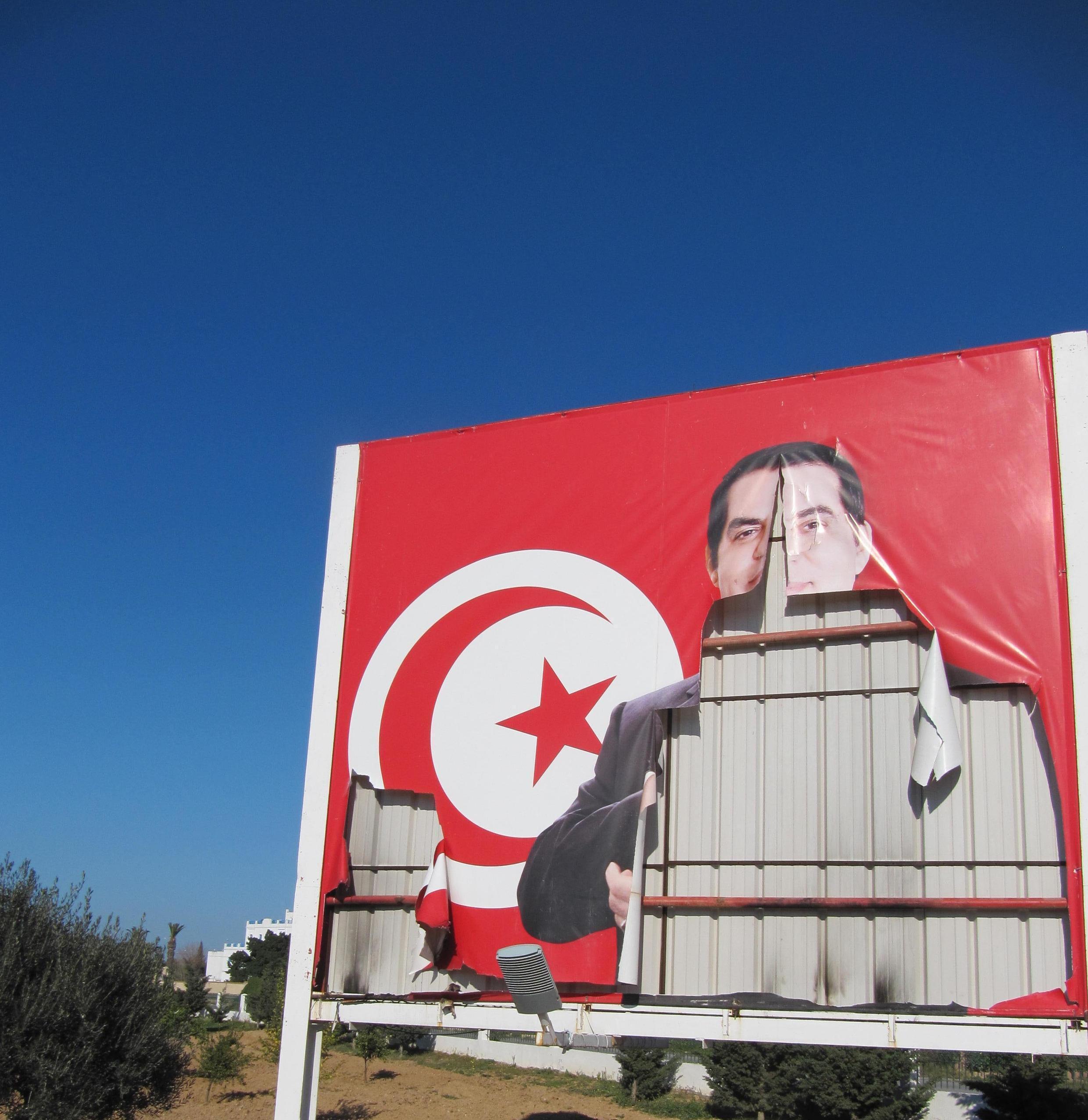 Une affiche représentant Ben Ali déchirée en 2011 (image d'archive).