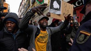 Le 16 mars 2018, lors des manifestations dans le quartier de Lavapies, à Madrid, après la mort d'un vendeur ambulant sénégalais.