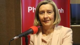 """លោកស្រី Hélène CONWAY-MOURET ជាសមាជិកាព្រឹទ្ធសភា តំណាងពលរដ្ឋបារាំងនៅក្រៅប្រទេសបារាំង ជាភាសាបារាំងថា """"sénatrice des Français de l'étranger"""" ហើយលោកស្រីក៏ជា អតីតរដ្ឋមន្ត្រីប្រតិភូ ទទួលបន្ទុក ពលរដ្ឋបារាំងនៅបរទេស។"""