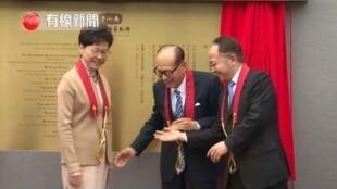 2019年3月,林鄭月娥(左)沒有理會王志民(右)的握手示好意圖,被視為是矛盾表徵