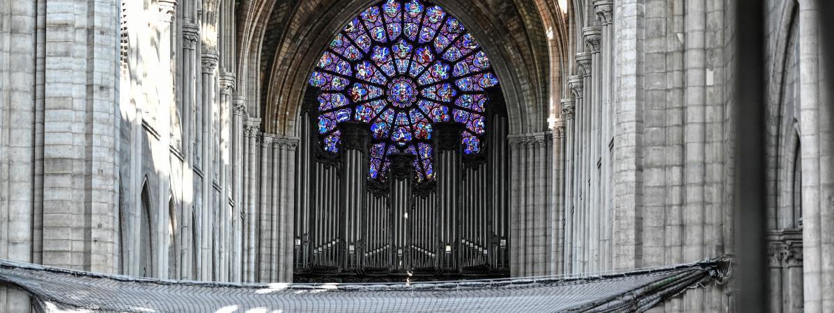 O grande órgão da catedral de Notre-Dame de Paris, três meses após o incêndio em julho de 2019.