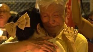 逾三百人晚上在羁留所外集会,声援入狱四子,朱耀明与毛盈静议员席间抱头痛哭