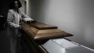 Une soignante de l'hopital Bichat s'apprête à sceller un cerceuil destiné à un transfert international (image d'illustration).