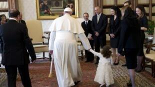 Papa Francisco caminha com neta do presidente de Malta, que visitou o Vaticano neste sábado.