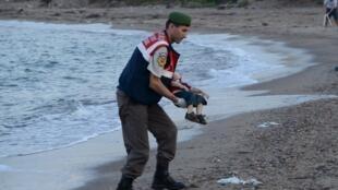 Тело сирийского мальчика, погибшего в результате крушения судна с мигрантами, было найдено на побережье Турции 2 сентября 2015.