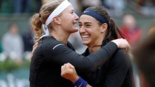 La joie et l'émotion des Françaises Kristina Mladenovic et Caroline Garcia, à l'issue de la finale du double à Roland-Garros, le 5 juin 2016