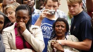Đám đông thương tiếc người lãnh đạo quá cố. Ảnh chụp truớc nhà ông  Nelson Mandela ở Johannesburg, sáng ngày 06/12/2013.