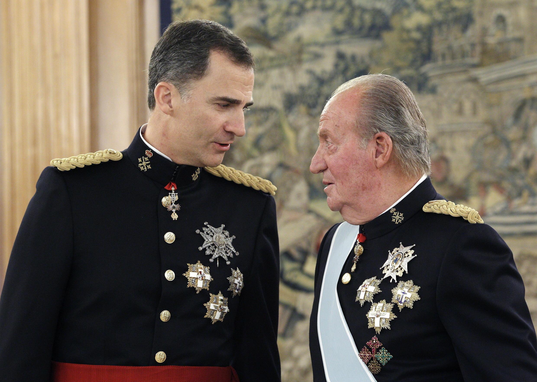 Trong thư gửi con trai là đương kim quốc vương Filipê đệ lục (T), cựu hoàng Tây Ban Nha Juan Carlos (P) giải thích ông ra đi để cho con trai làm việc dễ dàng hơn.