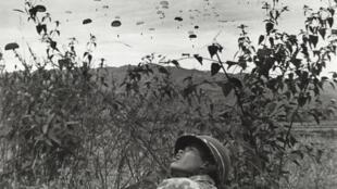Cảnh quân Pháp nhảy dù xuống lòng chảo Điện Biên Phủ năm 1954.